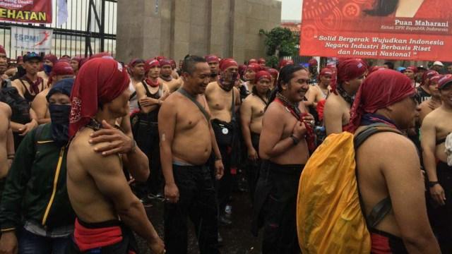 Foto: Aksi Buruh Demo di Depan DPR Tolak Omnibus Law (304534)