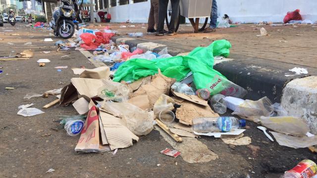 Demo Buruh di DPR Selesai, Jalan Dibuka dan Sampah Berserakan (56526)