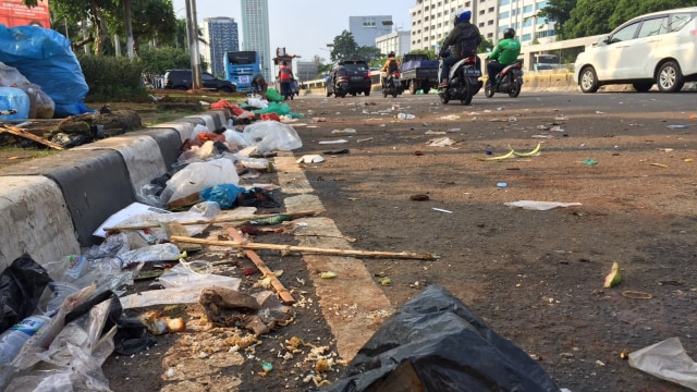 Demo Buruh di DPR Selesai, Jalan Dibuka dan Sampah Berserakan (56527)