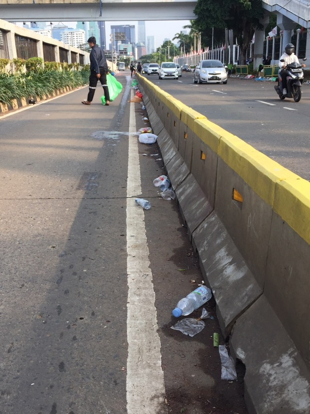 Demo Buruh di DPR Selesai, Jalan Dibuka dan Sampah Berserakan (56524)
