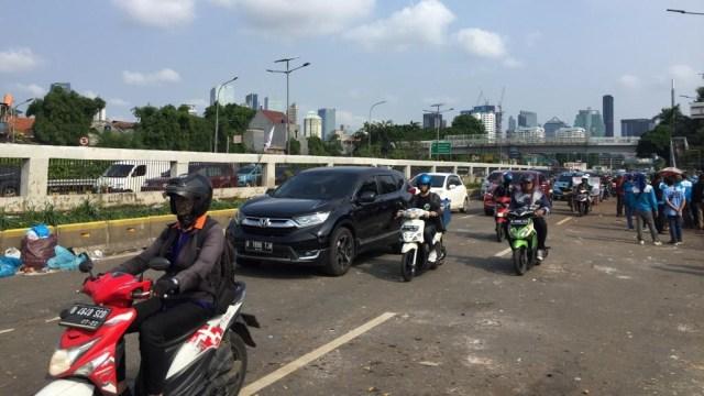 Demo Buruh di DPR Selesai, Jalan Dibuka dan Sampah Berserakan (56525)