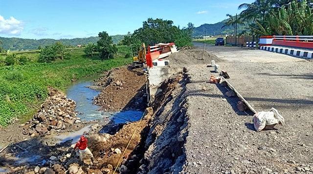 jembatan rusak di minahasa.jpg