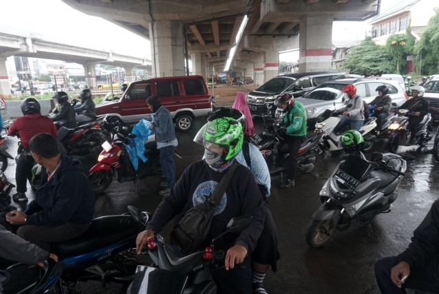 Musim Hujan, Pemotor Jangan Sembarang Berteduh atau Denda Rp 500 Ribu (823338)