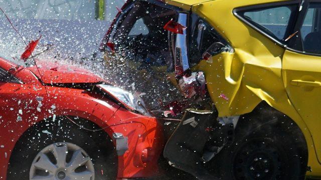 Ilustrasi tabrakan mobil, kecelakaan