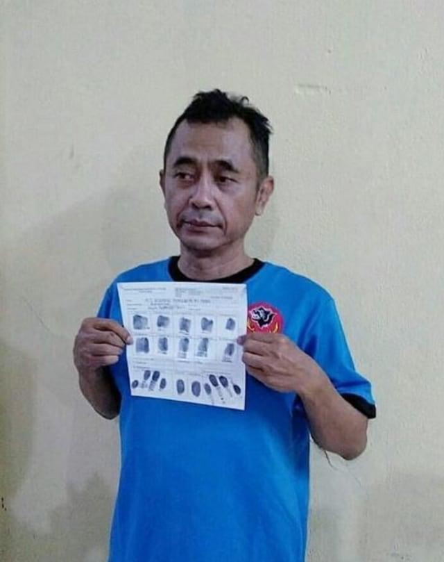 Petinggi Sunda Empire Ranggasasana kenakan baju tahanan.