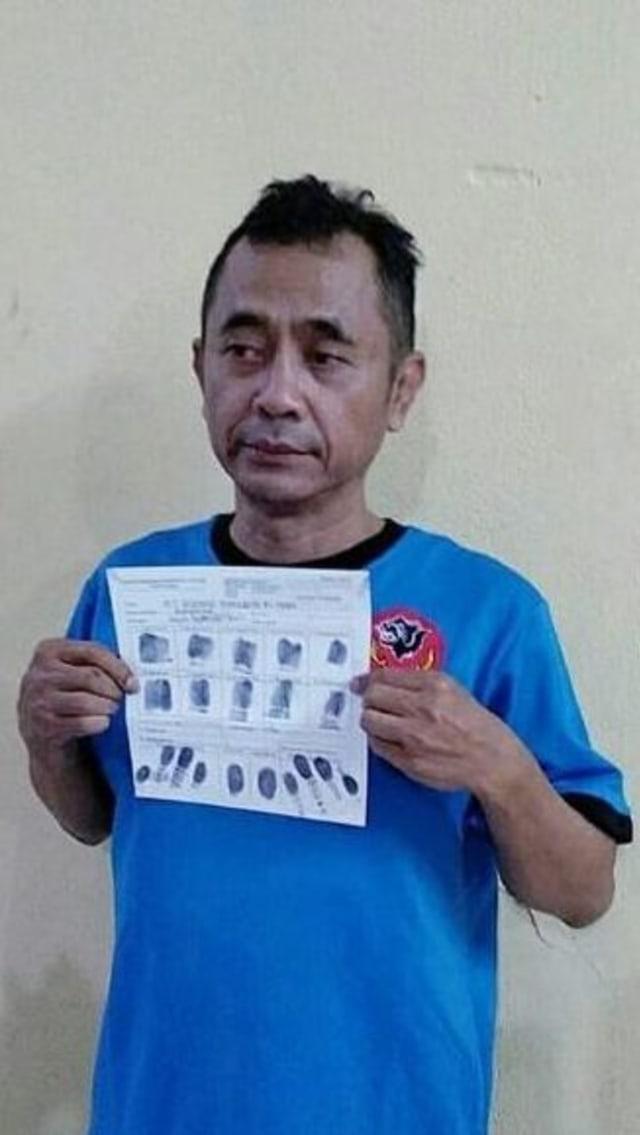 PTR Petinggi Sunda Empire Ranggasasana kenakan baju tahanan.
