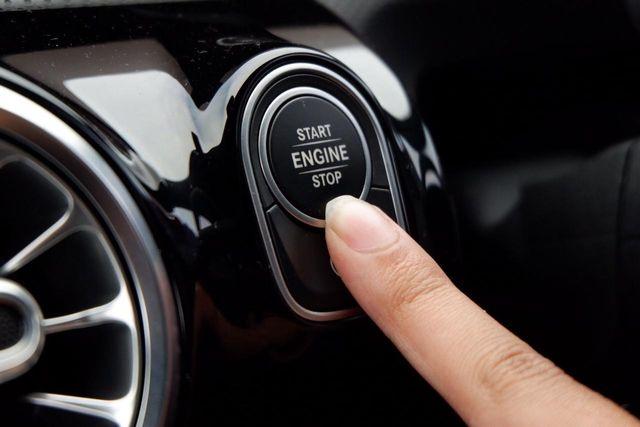 Sudah Tahu Cara Mengecek Kondisi dan Volume Oli Mobil Matik? (122206)