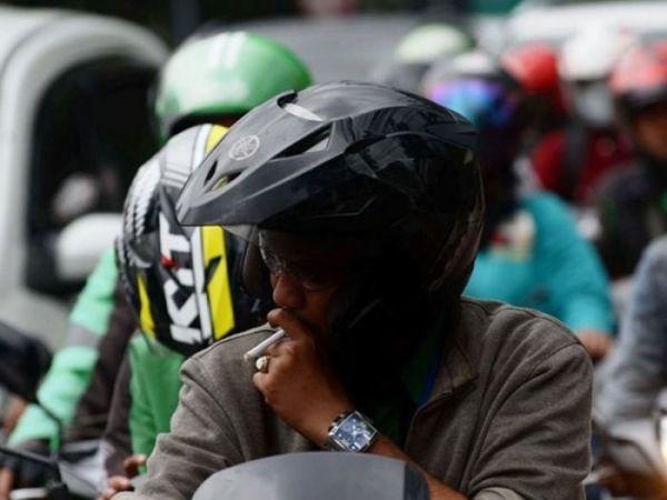 Ingat, Nekat Berkendara Sambil Merokok Bisa Didenda Rp 750 Ribu (22534)
