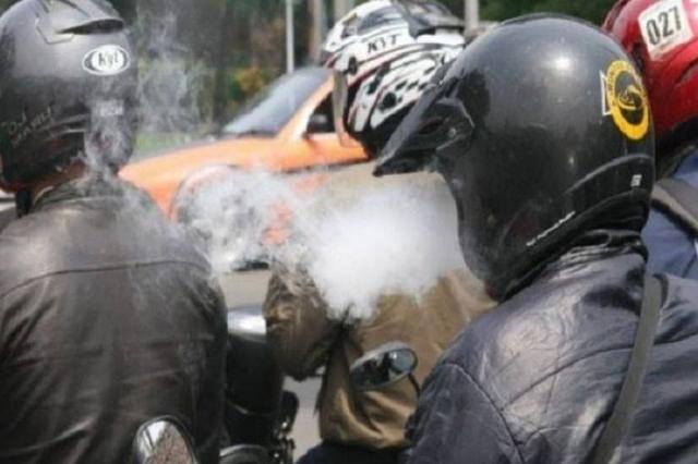 Ingat, Nekat Berkendara Sambil Merokok Bisa Didenda Rp 750 Ribu (22533)