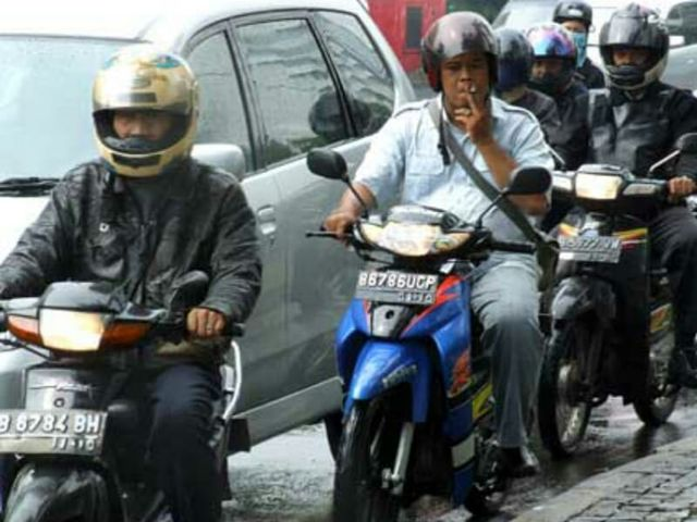 Ingat, Nekat Berkendara Sambil Merokok Bisa Didenda Rp 750 Ribu (22532)