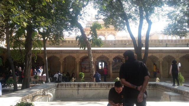 Komplek Badi Mahal. tempat ini dikenal sebagai Istana Taman yang merupakan titik tertinggi dalam Museum Udaipur. dibangun pada 1699 dan mempunyai 104 pilar yang ter.jpeg