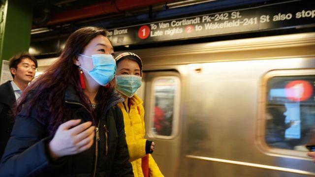 Warga New York menggunakan masker virus corona