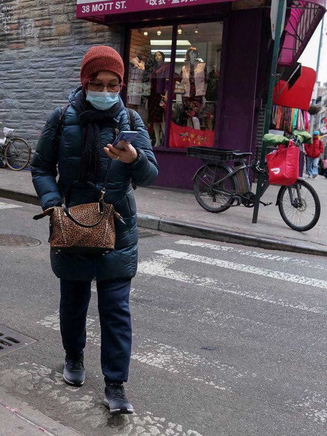 PTR- Warga New York menggunakan masker virus corona