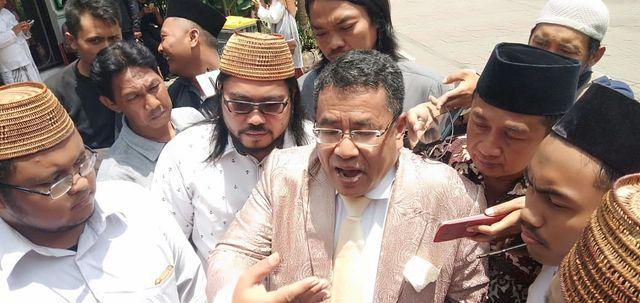 Hotman Paris tunggu kedatangan jenazah Gus Sholah di Jombang