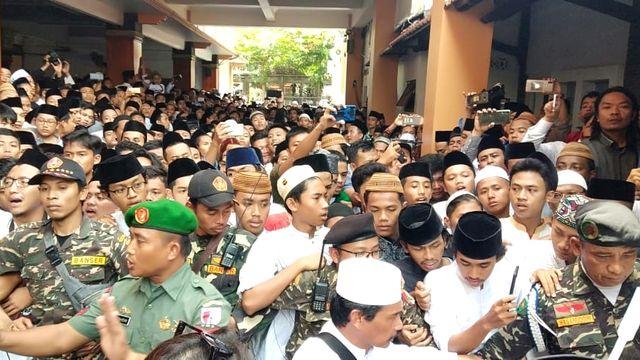 sambut jenazah Gus Sholah di Jombang