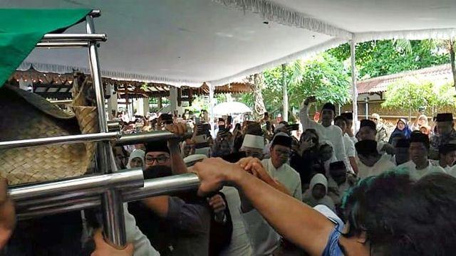 Foto: Mengantar Jenazah Gus Sholah ke Peristirahatan Terakhir (95803)