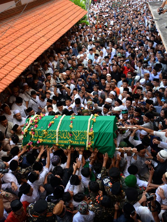 Foto: Mengantar Jenazah Gus Sholah ke Peristirahatan Terakhir (95799)