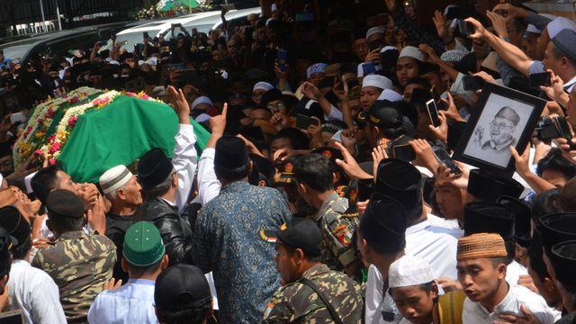 Foto: Mengantar Jenazah Gus Sholah ke Peristirahatan Terakhir (95800)