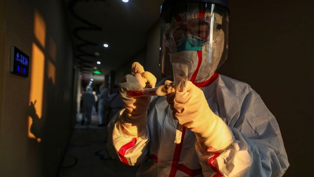 Tim Medis memeriksa pasien virus corona di Wuhan