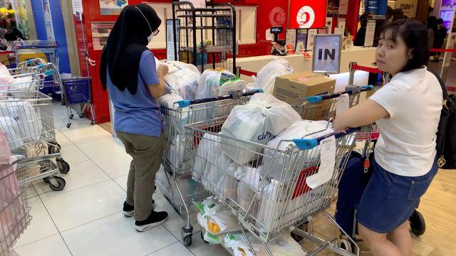 warga Singapura belanja persediaan makanan