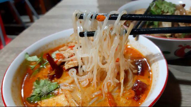 Kuliner Pedas 'Mie Baso Paris' di Bandung yang Bikin Ketagihan (846421)