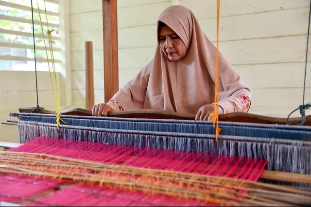 Perempuan Ahli Tenun, Penjaga Warisan Fashion Para Sultan Aceh (710569)
