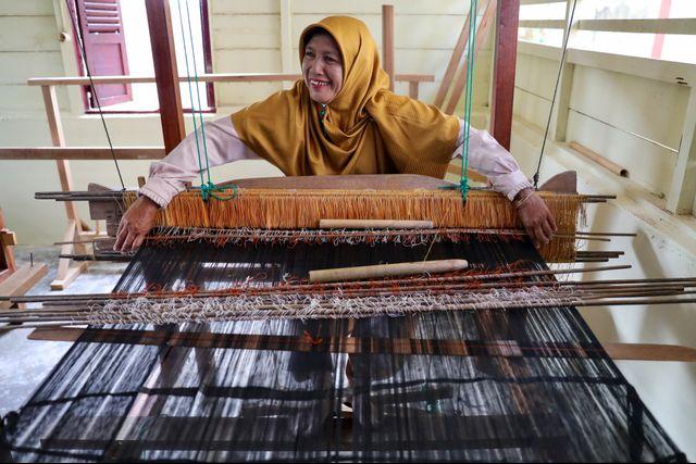 Perempuan Ahli Tenun, Penjaga Warisan Fashion Para Sultan Aceh (710570)