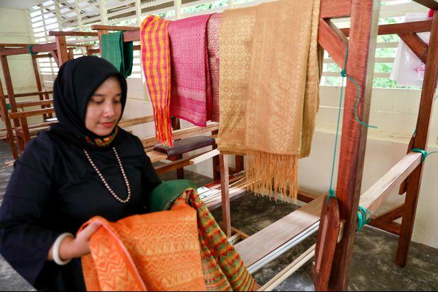 Perempuan Ahli Tenun, Penjaga Warisan Fashion Para Sultan Aceh (710571)