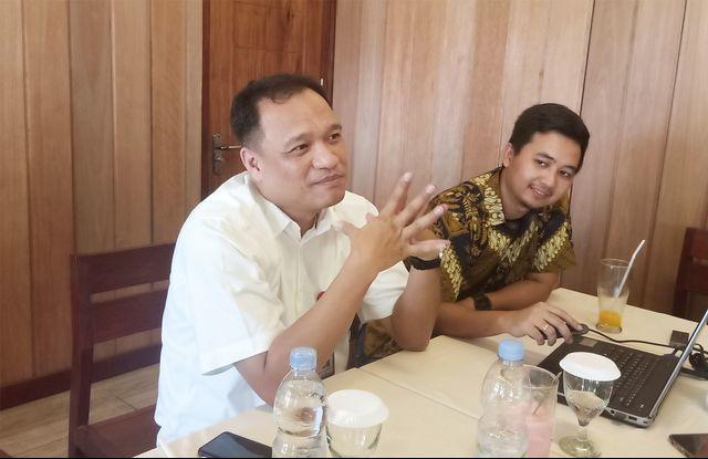 Kepala OJK Provinsi Papua dan Papua Barat, Adolf Fictor Tunggul Simanjuntak bersama stafnya-Irsye.jpg