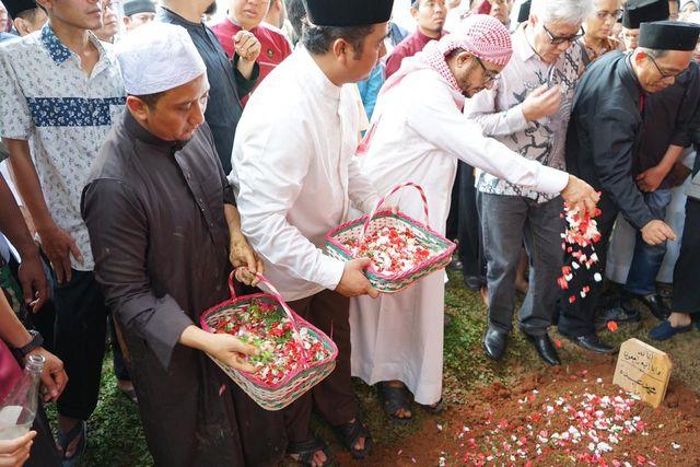Ustaz Yusuf Mansur Menaburkan Bunga di Pusara Sang Ayah