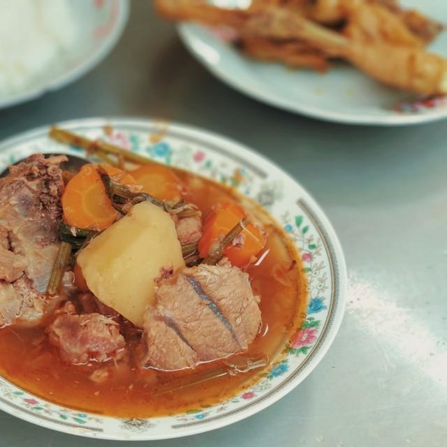 Rela Antre Demi Ayam Goreng dan Sop Buntut Pak Supar yang Legendaris di Semarang (71344)