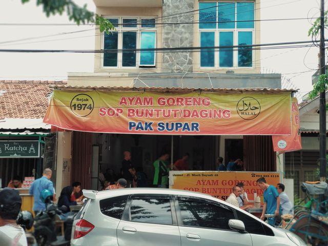Rela Antre Demi Ayam Goreng dan Sop Buntut Pak Supar yang Legendaris di Semarang (71345)