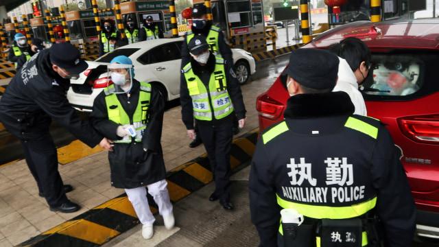 Pemeriksaan Kendaraan di Wuhan