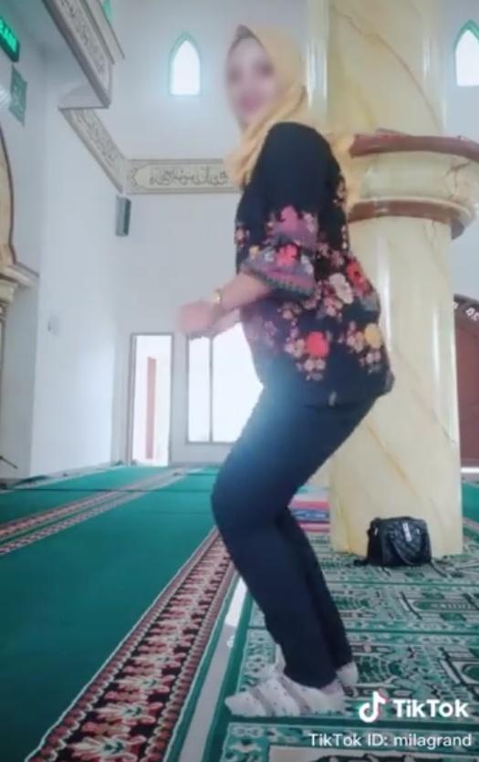 Video Viral Emak-emak Joget TikTok di Dalam Masjid (14838)