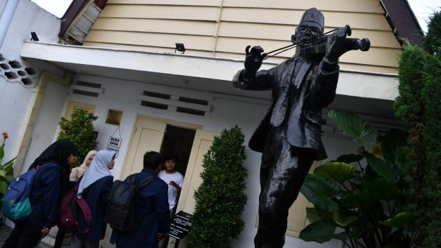 Ini Sejarah Dan Lirik Lagu Indonesia Raya 3 Stanza Kumparan Com