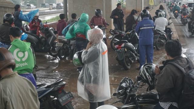 Pemotor, Jangan Paksakan Diri untuk Berkendara dalam Kondisi Hujan  (252072)