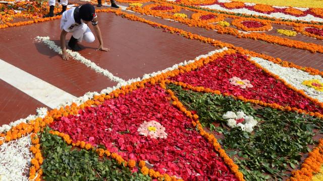 Foto: Indahnya Dekorasi Bunga pada Peringatan Hari Bahasa Ibu di Bangladesh (76312)