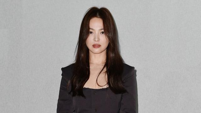 Foto: Gaya Kasual Song Hye Kyo saat Hadir di Milan Fashion Week (884449)