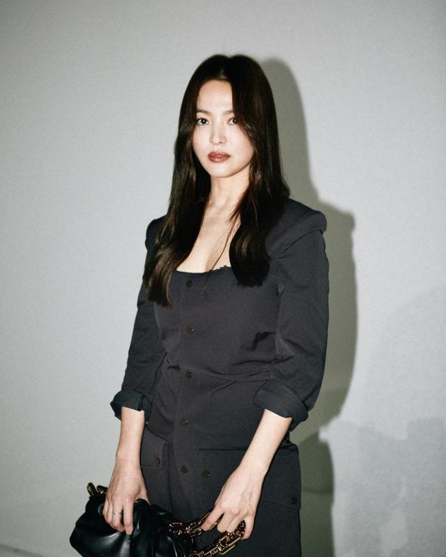 Foto: Gaya Kasual Song Hye Kyo saat Hadir di Milan Fashion Week (884451)