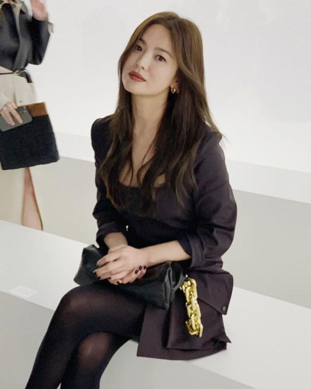 Foto: Gaya Kasual Song Hye Kyo saat Hadir di Milan Fashion Week (884453)
