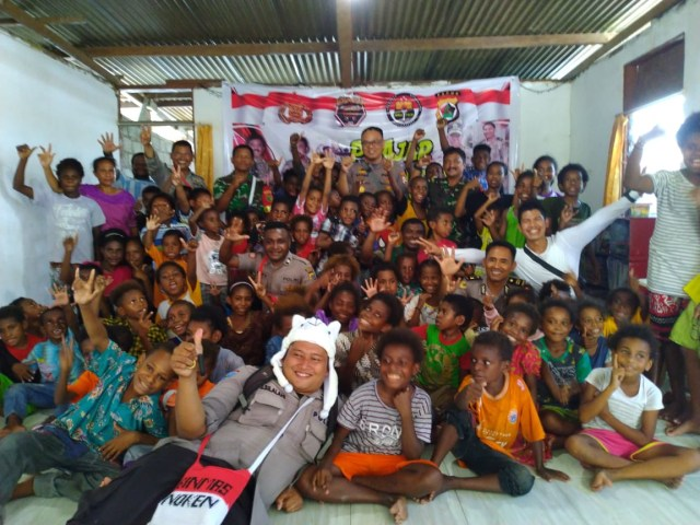 50-an Anak Putus Sekolah di Timika Senang Hati Ikut Program Polisi Mengajar  (123441)