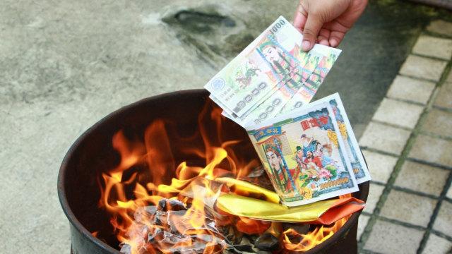 Ritual Bakar Uang