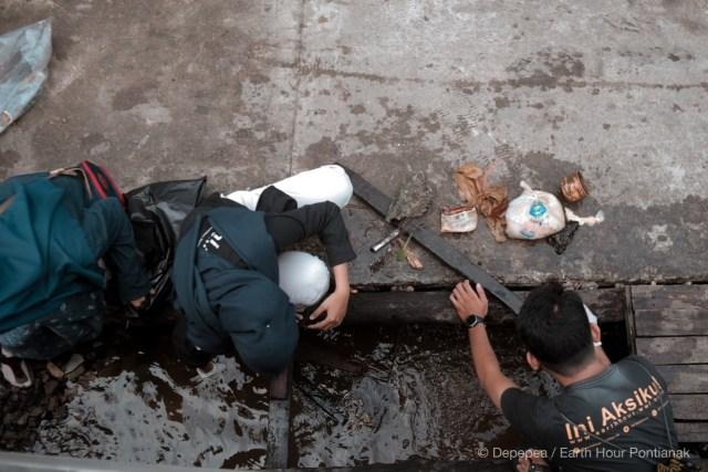 Komunitas Lingkungan di Pontianak Lakukan Aksi Bersih Sampah (97745)