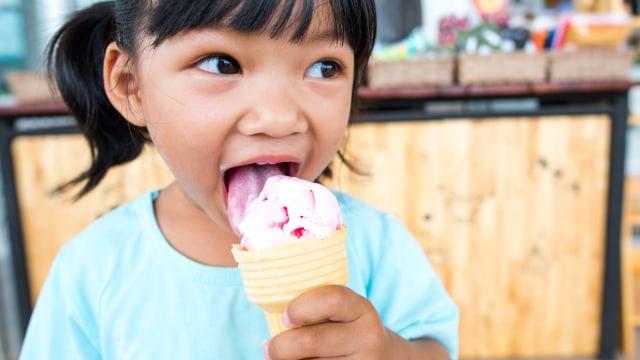 Ilustrasi anak makan es krim