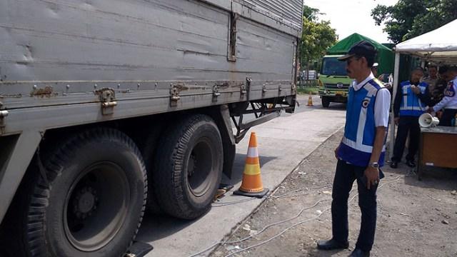 17 Truk 'Obesitas' Terjaring Razia di Tol Palikanci Cirebon (1147587)