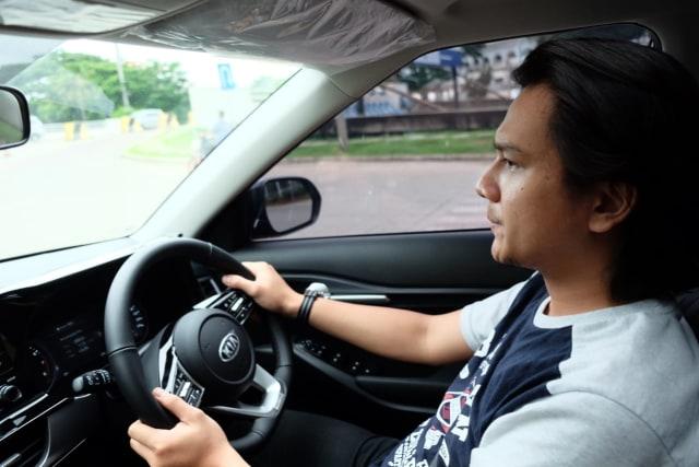 Penting, Begini Posisi Jempol Tangan Saat Pegang Setir Mobil (99446)