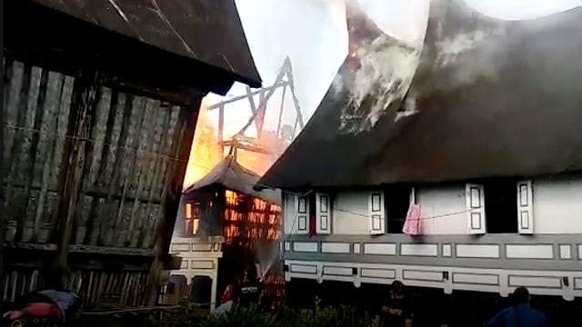 Rumah Gadang di Agam Terbakar, Kerugian Ditaksir Capai Rp15 Miliar (259)
