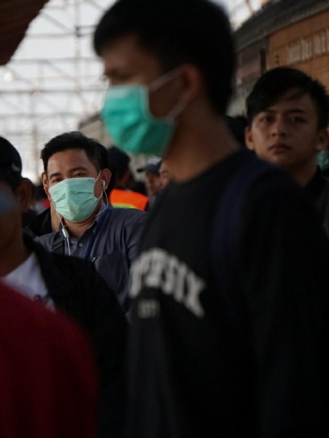 PTR-Warga Pakai Masker di Stasiun Depok