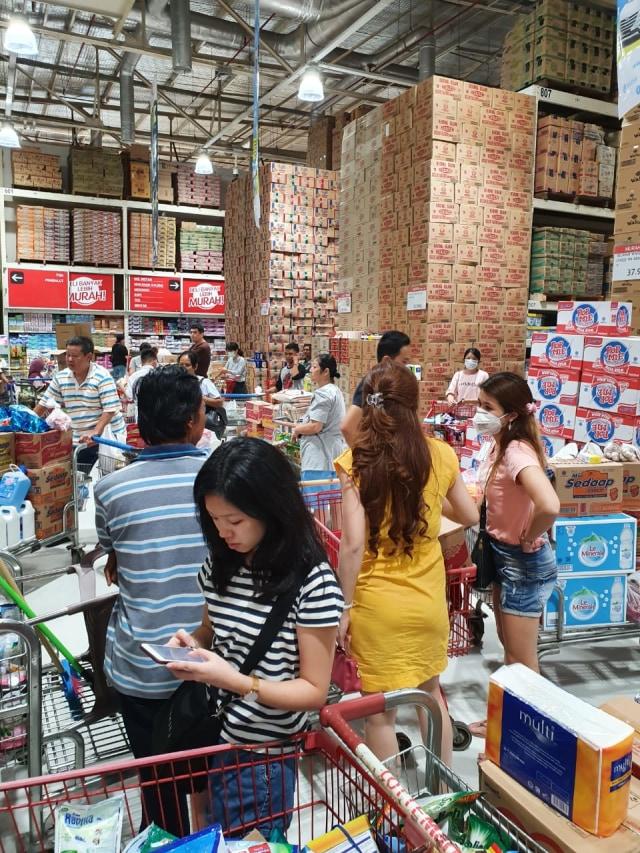 PTR- Pengujung memborong bahan makanan di Lottemart