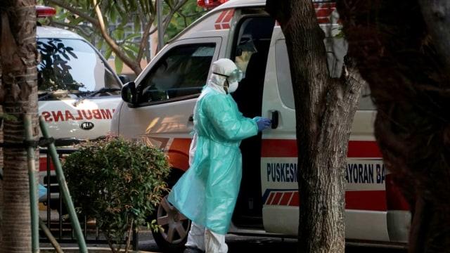 Berbaju Hazmat, Petugas RSPI Turunkan Wanita dari Ambulans Kebayoran Baru (67351)